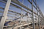 ROTTERDAM - In Rotterdam-Zuid werken medewerkers van Romein Ask aan de opbouw van de door BAM Wegen Regio Zuidwest te bouwen spoorparkeergarage Medimall. Bam 'ontdekte' de bouw van grote parkeergarages jaren geleden toen in de Rotterdamse haven de parkeerruimte op een auto-overslagterrein te kort schoot, en daarvoor speciaal opslag parkeergarages ontwikkelde. Het door BAART Architecten ontworpen complex dat komt te staan tussen het nieuwe ziekenhuis en het spoor,  zal worden afgewerkt met een aluminium zeshoekige design cassettes in 6 verschillende kleuren groen van de King-Facade Group uit Maarheeze. COPYRIGHT TON BORSBOOM