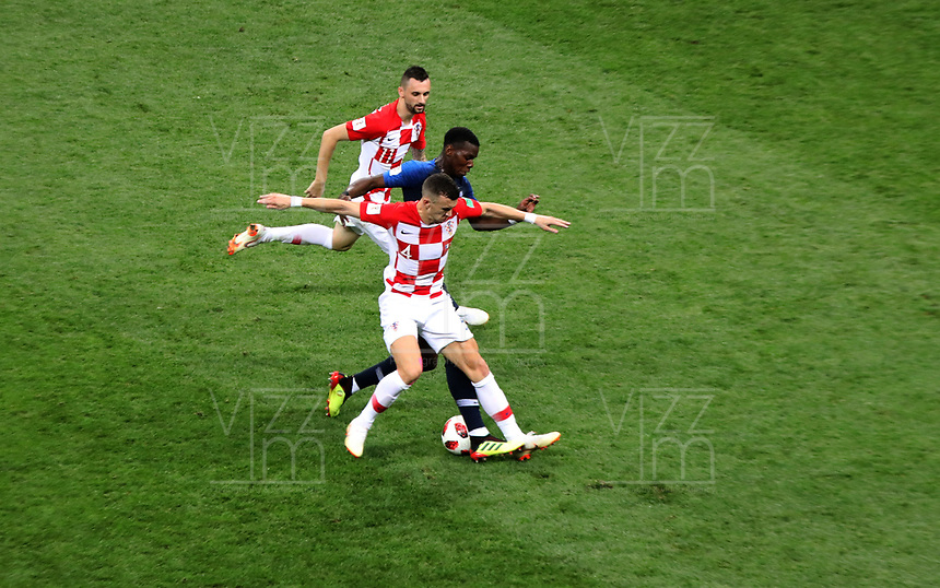 MOSCU - RUSIA, 15-07-2018: Paul POGBA (Der) jugador de Francia disputa el balón con Ivan PERISIC (Izq) jugador de Croacia durante partido por la final de la Copa Mundial de la FIFA Rusia 2018 jugado en el estadio Luzhnikí en Moscú, Rusia. / Paul POGBA (R) player of France fights the ball with Ivan PERISIC (L) player of Croatia during match of the final for the FIFA World Cup Russia 2018 played at Luzhniki Stadium in Moscow, Russia. Photo: VizzorImage / Cristian Alvarez / Cont