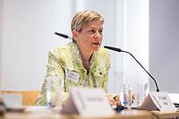 Pressekonferenz der Menschenrechtsorganisation &quot;Terre des Femmes&quot; am Donnerstag den 23. August 2018 in Berlin, anlaesslich ihrer Petition &quot;Den Kopf frei haben!&quot;, die sich fuer ein Verbot des sogenannten &quot;Kinderkopftuch&quot; fuer Maedchen unter 18 Jahren einsetzt. Fuer Terre des Femmes ist das Kinderkopftuch der Missbrauch von Kindern fuer eine Religion und eine Kinderrechtsverletzung.<br /> Ziel der Unterschriftensammlung fuer die Petition sind 100.000 Unterschriften.<br /> Im Bild: Dr. Sigrid Peter, Vizepraesidentin des Bundesverbands des Kinder- und Jugendaerzte.<br /> 23.8.2018, Berlin<br /> Copyright: Christian-Ditsch.de<br /> [Inhaltsveraendernde Manipulation des Fotos nur nach ausdruecklicher Genehmigung des Fotografen. Vereinbarungen ueber Abtretung von Persoenlichkeitsrechten/Model Release der abgebildeten Person/Personen liegen nicht vor. NO MODEL RELEASE! Nur fuer Redaktionelle Zwecke. Don't publish without copyright Christian-Ditsch.de, Veroeffentlichung nur mit Fotografennennung, sowie gegen Honorar, MwSt. und Beleg. Konto: I N G - D i B a, IBAN DE58500105175400192269, BIC INGDDEFFXXX, Kontakt: post@christian-ditsch.de<br /> Bei der Bearbeitung der Dateiinformationen darf die Urheberkennzeichnung in den EXIF- und  IPTC-Daten nicht entfernt werden, diese sind in digitalen Medien nach &sect;95c UrhG rechtlich geschuetzt. Der Urhebervermerk wird gemaess &sect;13 UrhG verlangt.]
