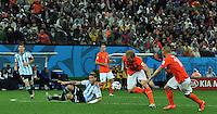 SAO PAULO - BRASIL -09-07-2014. Lucas Biglia (#6) jugador de Argentina (ARG) disputa un balón con Dirk Kuyt (#15) jugador de Holanda (NED) durante partido de las semifinales por la Copa Mundial de la FIFA Brasil 2014 jugado en el estadio Arena de Sao Paulo./ Lucas Biglia (#6) player of Argentina (ARG) fights the ball with Dirk Kuyt (#15) player of Netherlands (NED) during the match of the Semifinal for the 2014 FIFA World Cup Brazil played at Arena de Sao Paulo stadium. Photo: VizzorImage / Alfredo Gutiérrez / Contribuidor
