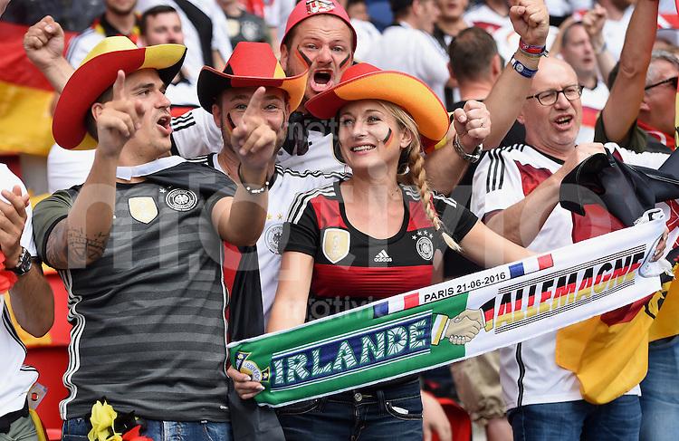 FUSSBALL EURO 2016 GRUPPE C in Paris Nordirland - Deutschland     21.06.2016 Deutsch Fans feiern im im Prinzenpark Stadion