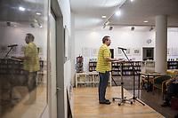 Ausstellungseroeffnung &quot;'Dornenkranz Revolution' druckgrafische Werke von Fritz Cremer&quot; am Donnerstag den 13. Dezember 2018 in der Ladengalerie der Tageszeitung &quot;junge Welt&quot;.<br /> Im Bild: Es spricht, Andreas Wessel, aus dessen Fundus die Grafiken stammen.<br /> 13.12.2018, Berlin<br /> Copyright: Christian-Ditsch.de<br /> [Inhaltsveraendernde Manipulation des Fotos nur nach ausdruecklicher Genehmigung des Fotografen. Vereinbarungen ueber Abtretung von Persoenlichkeitsrechten/Model Release der abgebildeten Person/Personen liegen nicht vor. NO MODEL RELEASE! Nur fuer Redaktionelle Zwecke. Don't publish without copyright Christian-Ditsch.de, Veroeffentlichung nur mit Fotografennennung, sowie gegen Honorar, MwSt. und Beleg. Konto: I N G - D i B a, IBAN DE58500105175400192269, BIC INGDDEFFXXX, Kontakt: post@christian-ditsch.de<br /> Bei der Bearbeitung der Dateiinformationen darf die Urheberkennzeichnung in den EXIF- und  IPTC-Daten nicht entfernt werden, diese sind in digitalen Medien nach &sect;95c UrhG rechtlich geschuetzt. Der Urhebervermerk wird gemaess &sect;13 UrhG verlangt.]