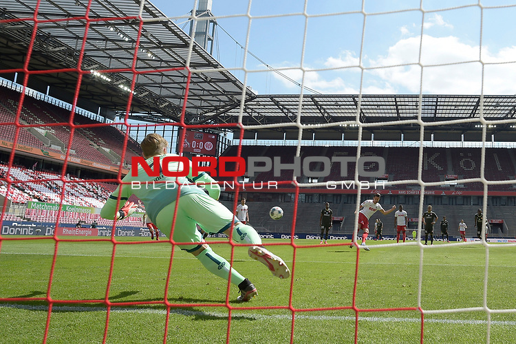 nph00351: Mark UTH (1.FC Koeln) schiesst <br /> gegen Torwart Florian MUELLER  (FSV Mainz)<br /> das  Tor zum <br /> 1-0 per Elfmeter,Strafstoss.<br /> Sport: Fussball: 1. Bundesliga: Saison 19/20: 26.Spieltag: 1.FC KOELN-FSV MAINZ 05,17.05.2020.<br /> Foto: Anke Waelischmiller/SVEN SIMON/POOL / via Meuter/nordphoto<br /> <br /> Nur für journalistische Zwecke! Only for editorial use!<br /> Gemäß den Vorgaben der DFL Deutsche Fußball Liga ist es untersagt, in dem Stadion und/oder vom Spiel angefertigte Fotoaufnahmen in Form von Sequenzbildern und/oder videoähnlichen Fotostrecken zu verwerten bzw. verwerten zu lassen. DFL regulations prohibit any use of photographs as image sequences and/or quasi-video.