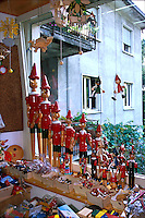 Statuette in legno di Pinocchio esposte a Collodi.