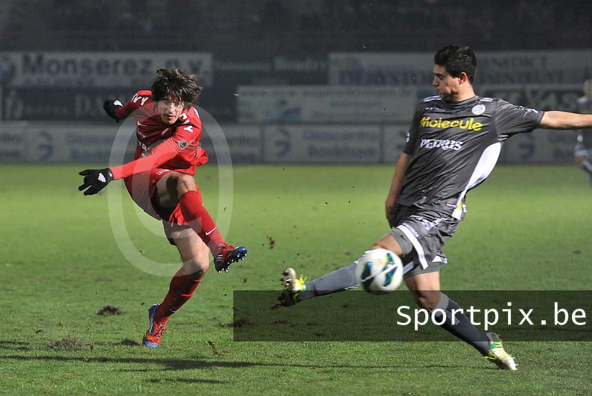 KV Kortrijk - SV Zulte Waregem  : Pablo Chavarria met het schot voorbij Steve Colpaert.foto VDB / BART VANDENBROUCKE