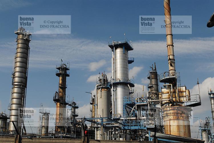 - oil refinery in Trecate, near Novara....- raffineria di petrolio a Trecate, presso Novara