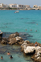 - Puglia, Otranto, bagnanti sugli scogli<br /> <br /> - Apulia, Otranto, bathing people on the reef