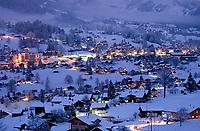 CHE, Schweiz, Kanton Bern, Berner Oberland, Grindelwald an einem Winterabend | CHE, Switzerland, Bern Canton, Bernese Oberland, Grindelwald on a winter evening