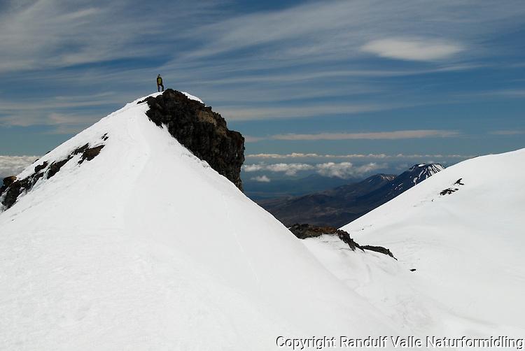 Person på veg mot Dome, nord på Mt Ruapehu ---- Climber and Dome, north on Mt Ruapehu
