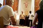 l'association l'arche acceuille des personnes handicapées mentales. Atelier musique à la chapelle.