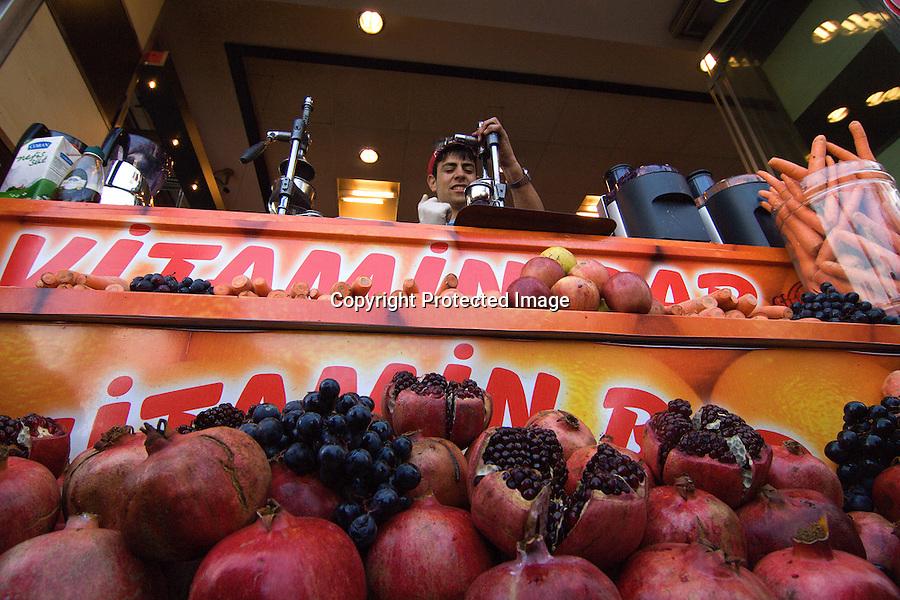TURQUIA-ESTAMBUL.Granadas y otras frutas en un puesto de zumos naturales en una calle de Estambul..foto JOAQUIN GOMEZ SASTRE©
