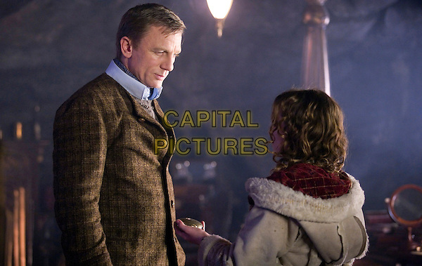 DANIEL CRAIG & DAKOTA BLUE RICHARDS.in The Golden Compass.*Filmstill - Editorial Use Only*.CAP/FB.Supplied by Capital Pictures.