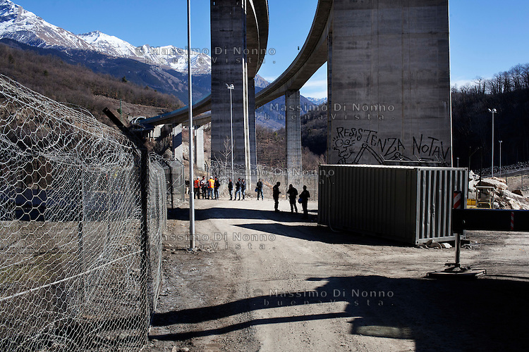 Val di Susa: un militare controlla l'ingresso dell'area del cantiere della maddalena. L'area sarà il punto in cui verrà realizzato il cunicolo esplorativo..