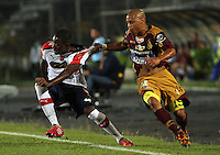 IBAGUE -COLOMBIA,19-NOVIEMBRE-2014.Hector Acuna (Der)    del Deportes Tolima   disputa el balon con Andres Mosquera del Independiente Medellin  . Partido por la 2 fecha de los cuadrangulares semifinales  de la Liga Postobón 2014- II , jugado en el estadio Manuel  Murillo Toro de la ciudad de Ibague./  Hector Acuna (R) of Tolima dispute the ball with Andres Mosquera of  Independiente Medellin .  Match for the 2th date time in the semifinals homers Postobón II League 2014, played at the Manuel Murillo Toro stadium in Ibague city.Photo / VizzorImage / Felipe Caicedo  / Staff