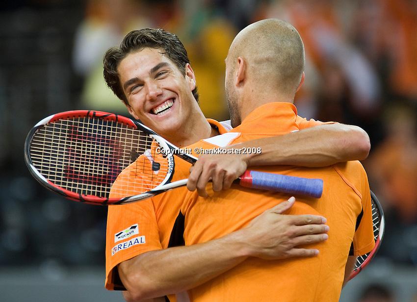 20-9-08, Netherlands, Apeldoorn, Tennis, Daviscup NL-Zuid Korea, Dubbles match: Jesse Huta Galung and Peter Wessels  (R) vieren feest na het winnen van de dubbel