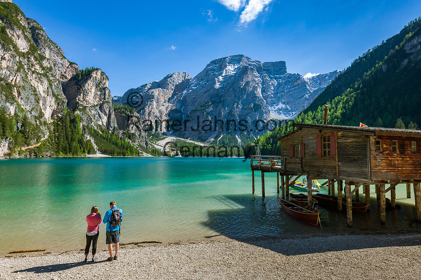 Italien, Suedtirol (Trentino - Alto Adige), Pragser Tal - Seiteltal des Hochpustertals, Pragser Wildsee mit den Pragser Dolomiten im Naturpark Fanes-Sennes-Prags | Italy, South Tyrol (Trentino - Alto Adige), Valle di Braies - side valley of Upper Pusteria Valley: (Lago di Braies) Lake Braies with Dolomiti di Braies at Fanes-Sennes-Prags Nature Park