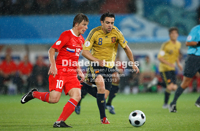 VIENNA - JUNE 26:  Spain's Xavi Hernández (r) defends against Russia's Andrei Arshavin (l) during their UEFA Euro 2008 semi final match June 26, 2008 at Ernst Happel Stadion in Vienna, Austria.