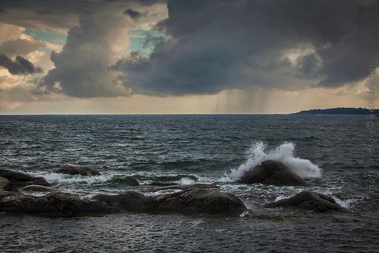 Vågor och regn vid havet i skärgården utanför Nynäshamn i Stockholms län.