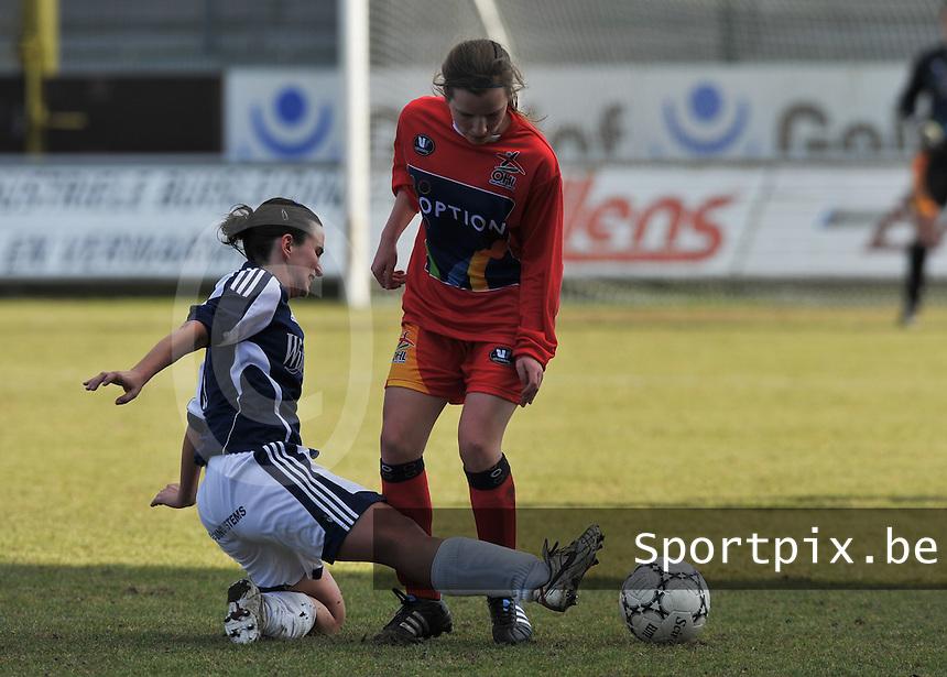Rassing Harelbeke  - Oud Heverlee Leuven OHL : Karlijn Lycke aan de bal voor de tackelende Joke Verlinde.Foto David Catry / vrouwenteam.be / loft6.be