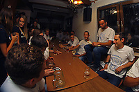 Büttelborn 16.09.2016: Ausgraben der Büttelborner Kerb<br /> Kerwevadder Max Kraus liest den Kerweborsch und den Gästen in der Krone zum ersten Mal den diesjährigen Kerwespruch vor, bevor es zum Ausgraben der Kerb geht