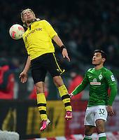 FUSSBALL   1. BUNDESLIGA   SAISON 2012/2013    18. SPIELTAG SV Werder Bremen - Borussia Dortmund                   19.01.2013 Marcel Schmelzer (Borussia Dortmund) gegen Oezkan Yildirim (re, SV Werder Bremen)