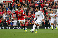 Pictured: Ki SUng Yueng of Swansea against Marouane Fellaini of Manchester United (L). Saturday 16 August 2014<br />
