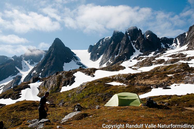 Teltleir i Straumdalen på Seiland. ---- Tent on Seiland.