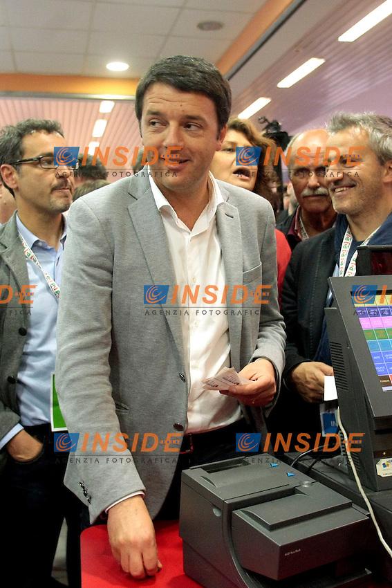 Matteo Renzi alla cassa del bar per prendere un caffe'.Roma 11/05/2013 Assemblea Nazionale del partito Democratico alla Nuova Fiera di Roma.National Assembly of Democratic Party.Photo Samantha Zucchi Insidefoto