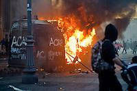 Un veicolo dei carabinieri incendiato in Piazza San Giovanni.A vehicule of Carabinieri is set on fire in the city centre
