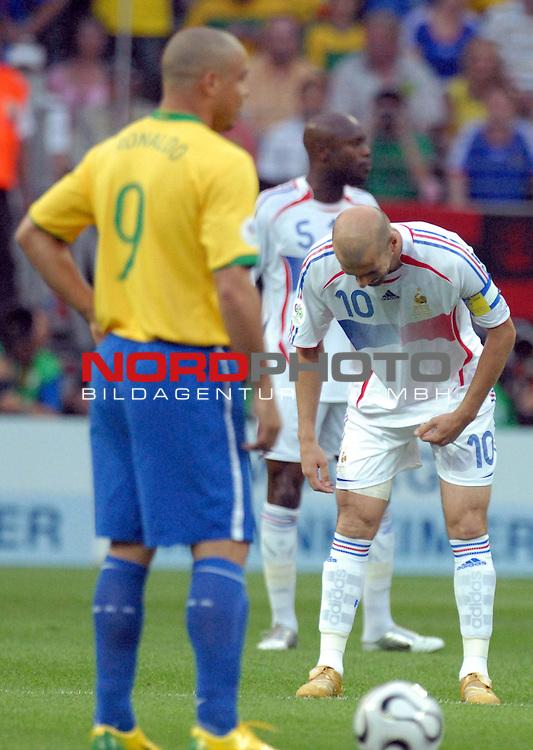 FIFA WM 2006 -  Round of Sixteen - / Viertelfinale <br /> <br /> Play    #60 ( 01. Juli) -  Brasilien - Frankreich<br /> <br /> <br /> <br /> Zinedine Zidane (FRA) verbeugt sich vor Ronaldo (BRA)<br /> <br /> <br /> <br /> Foto &copy; nordphoto