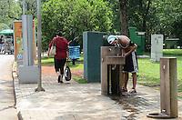 SAO PAULO, SP, 04 DE DEZEMBRO DE 2012 - Paulistano aproveita tarde quente e ensolarada no Parque do Ibirapuera, regiao sul da capital, nesta terca feira, 04. FOTO: ALEXANDRE MOREIRA - BRAZIL PHOTO PRESS