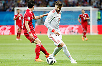 KAZAN - RUSIA, 20-06-2018: Sardar AZMOUN (Izq) jugador de RI de Irán disputa el balón con Gerard PIQUE (Der) jugador de España durante partido de la primera fase, Grupo B, por la Copa Mundial de la FIFA Rusia 2018 jugado en el estadio Kazan Arena en Kazán, Rusia. /  Sardar AZMOUN (L) player of IR Iran fights the ball with Gerard PIQUE (R) player of Spain during match of the first phase, Group B, for the FIFA World Cup Russia 2018 played at Kazan Arena stadium in Kazan, Russia. Photo: VizzorImage / Julian Medina / Cont