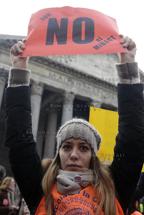 """Roma, 11 Gennaio 2014<br /> Manifestazione nazionale al Pantheon per protestare contro il concorso """"500 giovani per la cultura"""" indetto dal Ministero dei beni artistici e culturali.In piazza lavoratori sindacati e associazioni di settore, professionisti e studenti.Chiedono una buona occupazione e non una finta formazione."""