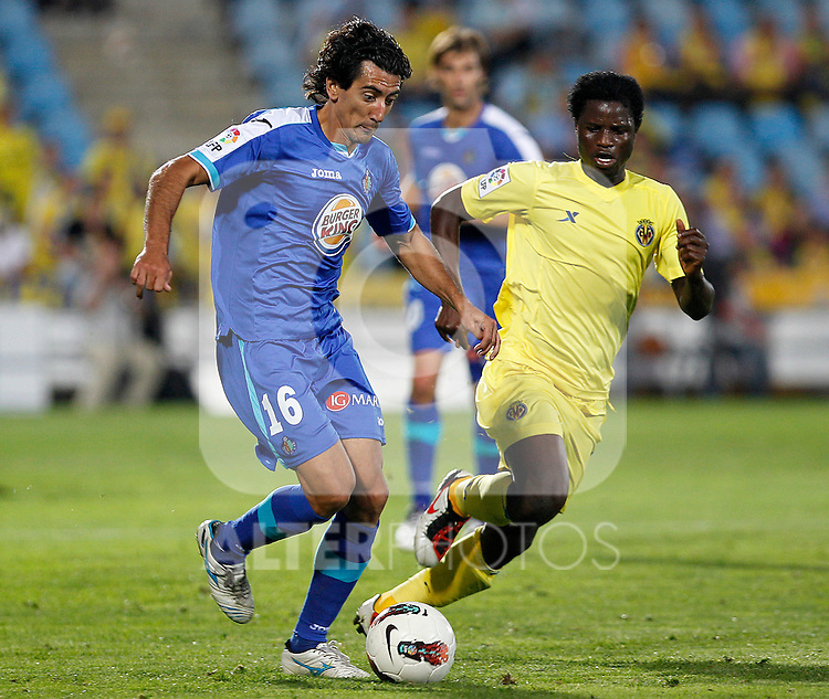 Getafe's Pedro Rios (l) and Villareal's Wakaso Mubarak during La Liga match.October 15,2011. (ALTERPHOTOS/Acero)
