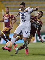 BOGOTA -COLOMBIA, 22-09-2015. Davinson Monsalve (Der) jugador de Deportes Tolima (COL) disputa el balón con Guido Di Vanni (Izq) jugador de Sportivo Luqueño (PAR) durante partido de ida por los octavos de final, llave D, de la Copa Sudamericana 2015 jugado en el estadio Metropolitano de Techo de la ciudad de Bogotá./ Davinson Monsalve (R) player of Deportes Tolima (COL) vies for the ball with Guido Di Vanni (L) player of Sportivo Luqueño duroing the first leg match for the knockout round of the Copa Sudamericana 2015 played at Metropolitano de Techo stadium in Bogota city. Photo: VizzorImage / Gabriel Aponte / Staff
