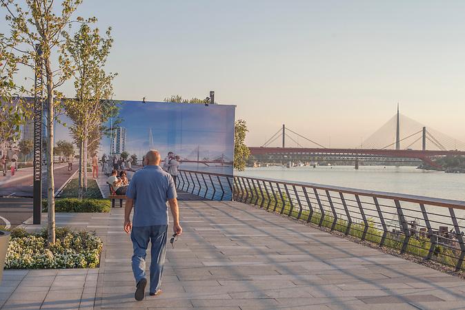 Promenade der Mega-Baustelle. Hier entsteht das gr&ouml;&szlig;te Stadtbauprojekt des ehemaligen jugoslawischen Raums.<br /><br />Auf Belgrads Mega-Baustelle &quot;Belgrad am Wasser&quot; entsthen gigantische Hochaus- und B&uuml;rosiedlungen. Ivan Timotijevic und seine Familie sind die letzten, die vor dem Baukonzern nicht weichen wollen. Sie protestieren mit Unterst&uuml;tzern f&uuml;r ihr Wohnrecht.