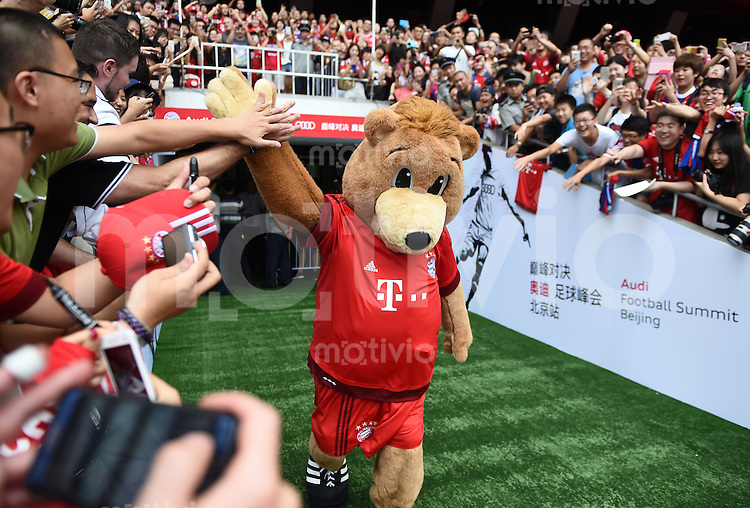 FUSSBALL     1. BUNDESLIGA     SAISON  2015/2016 Audi Football Summer Tour China 2015 FC Bayern Muenchen   17.07.2015 Training Tag 1; FC Bayern Maskottchen Berni kommt ins Stadion The Birth Nest und klatscht Fans ab