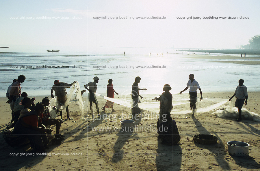 INDIA, island Little Andaman, coast fisherman landing catch /  INDIEN Andamanen, Insel Little Andaman, Kuestenfischer holen die Netze ein