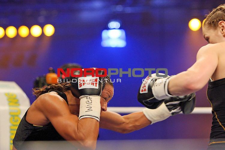 Universum Champions Night - AWD Dome Bremen 02.05.2009<br /> <br /> WIBF- und WBC-Federgewichts-Weltmeisterin Ina Menzer GER )  gegen Franchesca ĄThe chosen oneď Alcanter ( USA )<br /> <br /> Franchesca  Alcanter ( USA ) (li) <br /> <br /> Foto &copy; nph (  nordphoto  )