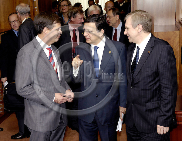 Brussels-Belgium - 20 June 2008---European Council, EU-summit towards the end of the Slovenian Presidency; here, José (Jose) Manuel BARROSO (ce), President of the European Commission, with Jan Peter BALKENENDE (le), Prime Minister of The Netherlands, and Yves LETERME, Prime Minister of Belgium---Photo: Horst Wagner / eup-images