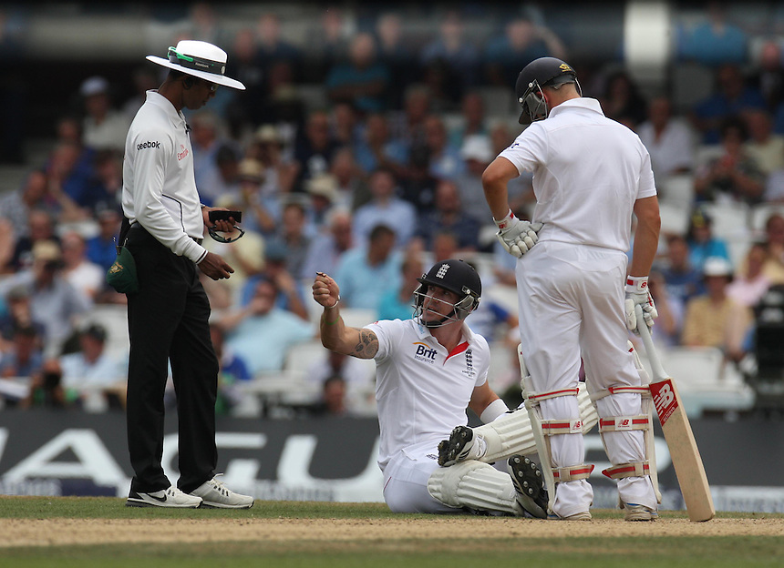 England's Kevin Pietersen  giving the Umpire the stud key back<br />  Photo by Kieran Galvin/CameraSport <br /> <br /> International Cricket - Fifth Investec Ashes Test Match - England v Australia - Day 3 - Thursday 23rd August 2013 - The Kia Oval - London<br /> <br /> &copy; CameraSport - 43 Linden Ave. Countesthorpe. Leicester. England. LE8 5PG - Tel: +44 (0) 116 277 4147 - admin@camerasport.com - www.camerasport.com