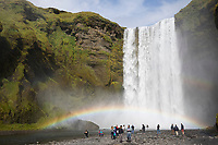 "Skógafoss, Skogafoss, ""Waldwasserfall"", Touristen, mit Regenbogen, Wasserfall auf Island, Wasserfall des Flusses Skógá im Süden Islands, waterfall in the south of Iceland, rainbow, tourists"