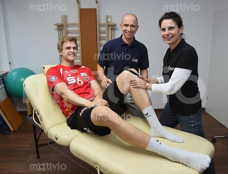 Volleyball 1. Bundesliga  Saison 2014/2015 13.10.2014 TV Rottenburg Friederich Nagel (li) mit Mannschaftsarzt Dr. Maik Schwitalle und Physiotherapeutin Sabine Schepperle