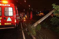 SAO PAULO, SP, 08-03-2014, POSTE CAIDO. Um veiculo colidiu e derrubou  um poste no acesso da Radial Leste para a Av. Aricanduva, na madrugada desse sabado (8). Ninguém ficou ferido no acidente.     Luiz Guarnieri/ Brazil Photo Press.