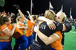 BLOEMENDAAL  - Hockey -  finale KNHB Gold Cup dames, Bloemendaal-HDM . Bloemendaal wint na shoot outs. Melle Spruijt (Bl'daal) met keeper Diana Beemster (Bldaal) . COPYRIGHT KOEN SUYK