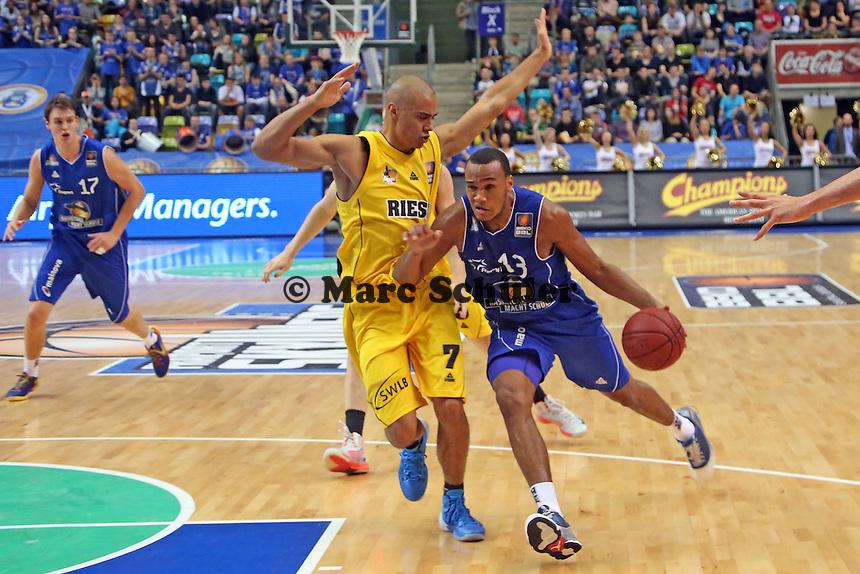 Kenny Bright (Skyliners) gegen Shawn Huff (Ludwigsburg) - Fraport Skyliners vs. MHP Riesen Ludwigsburg, Fraport Arena Frankfurt