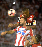 BARRANQUIILLA - COLOMBIA, 30-11-2017:Matias Mier (Izq) del Atlético Junior de Colombia disputa el balón con Juan (Der) jugador de Flamengo de Brasil durante partido de vuelta por la semifinal 2 de la Copa CONMEBOL Sudamericana 2017  jugado en el estadio Metropolitano Roberto Meléndez de la ciudad de Barranquilla. / Matias Mier  (L) player of Atlético Junior of Colombia struggles the ball with Juan (R) player of Flamengo of Brazil during second leg match for the semifinal 2 of the Copa CONMEBOL Sudamericana 2017played at Metropolitano Roberto Melendez stadium in Barranquilla city.  Photo: VizzorImage/ Alfonso Cervantes / Cont