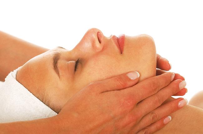 Femme, beaute, massage du visage *** A face massage. Female, beauty