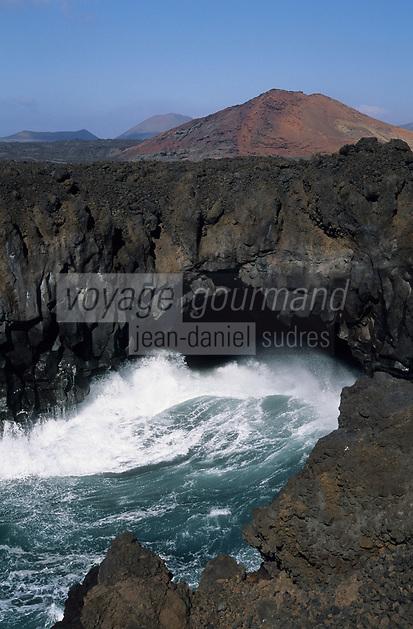 """Europe/Espagne/Canaries/Lanzarote/Casas de El Golfo : La côte volcanique et le volcan """"Los Hervideros"""""""