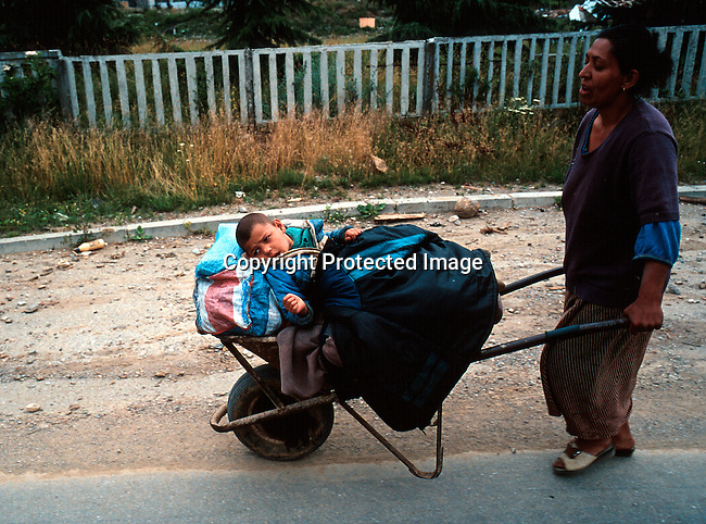 A Gypsie family fleeing Djakovica after NATO came onto Kosovo. Serbs and other minorities in Kosovo fled as the muslim refugees stated to come back from Albania and Macedonia. .Photo: Per-Anders Pettersson (ppettersso@aol.com)